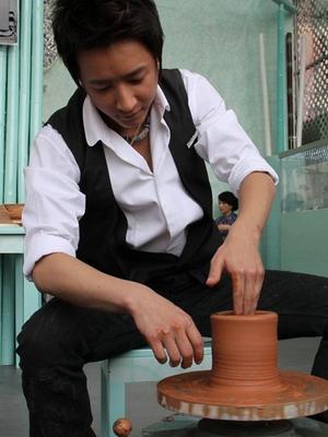 【陶艺学习】韩庚-世博馆内学做陶瓷 感叹中国元素流行